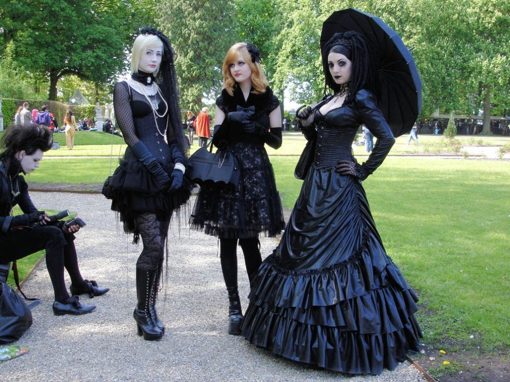 Weird Fashion: Gothic Lolitas